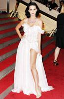 Katy Perry si Pink doneaza pantofi in scop caritabil pentru victimele minelor antipersonal