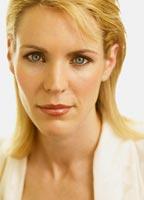 Femeia perfecta are parul blond si ochi albastri